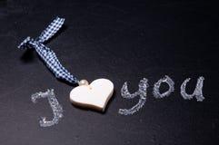 Le coeur se trouvant sur le tableau noir Image stock