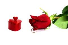 Le coeur, une boucle et le rouge ont monté Photo libre de droits