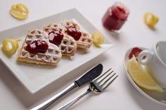 Le coeur waffles, confiture d'oranges, sucre en poudre servi sur p rectangulaire Images stock