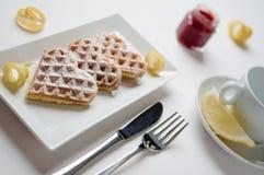 Le coeur waffles zeste de citron, sucre en poudre servi sur p rectangulaire Image stock