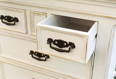 Le coffre de vintage des tiroirs en bois avec les poignées noires en métal s'ouvrent Photos libres de droits