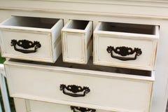 Le coffre de vintage des tiroirs en bois avec les poignées noires en métal s'ouvrent Photos stock
