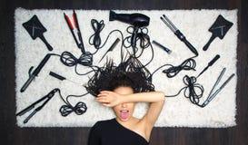 Le coiffeur délicieux de fille a couvert son visage de sa main et St photo stock