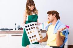Le coiffeur de femme appliquant le colorant pour équiper des cheveux photo stock