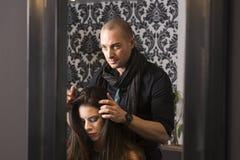Le coiffeur de hippie et le modèle Photo libre de droits