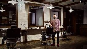 Le coiffeur des hommes sur le lieu de travail dans le salon de coiffure image stock