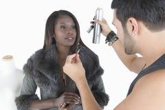 Le coiffeur fait des ajustements pour modeler In Fur Jacket Photo libre de droits
