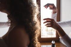 Le coiffeur fait la coiffure pour la jeune mariée Photo stock