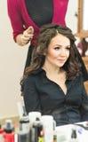 Le coiffeur fait une coiffure à la jeune mariée Photos libres de droits