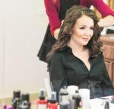 Le coiffeur fait une coiffure à la jeune mariée Images stock