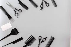 Le coiffeur a placé avec de divers accessoires sur le fond gris Photographie stock libre de droits