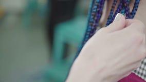 Le coiffeur principal tresse les tresses africaines : le processus du tissage clips vidéos