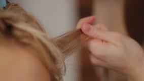 Le coiffeur pulvérise la laque et corrige le client de coiffure Vue visuelle d'arrière de plan rapproché banque de vidéos