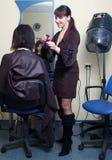 Le coiffeur pulvérisent l'eau sur le cheveu Image stock
