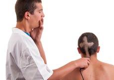 Le coiffeur s'est inquiété qu'il par mal d'erreur ait coupé des cheveux Photographie stock