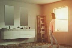 Le coin d'un rond reflète la salle de bains, blanche Photo libre de droits