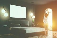 Le coin gris de chambre à coucher, raillent vers le haut de l'affiche, miroir, fille Images stock