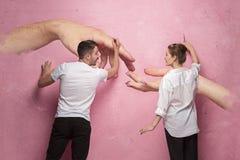 Le collage au sujet de l'écriture de couples quelque chose sur un mur rose Photo libre de droits
