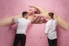 Le collage au sujet de l'écriture de couples quelque chose sur un mur rose Photo stock