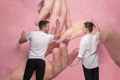 Le collage au sujet de l'écriture de couples quelque chose sur un mur rose Images libres de droits