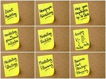Le collage de photo des affaires et du marketing note écrit sur le post-it de papier jaune Images stock