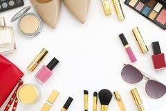 Le collage féminin d'accessoires de configuration plate avec les chaussures, les lunettes de soleil et les cosmétiques beiges de  Photographie stock