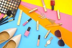 Le collage féminin d'accessoires de configuration plate avec les chaussures, les lunettes de soleil et les cosmétiques beiges de  Images libres de droits