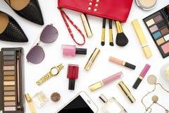 Le collage féminin d'accessoires de configuration plate avec les chaussures, les lunettes de soleil et les cosmétiques beiges de  Photos stock