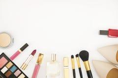 Le collage féminin d'accessoires de configuration plate avec les chaussures, les lunettes de soleil et les cosmétiques beiges de  Image libre de droits