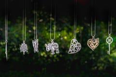Le collane appendono il buio chiave del fondo di verde del cuore dell'elefante Fotografia Stock Libera da Diritti