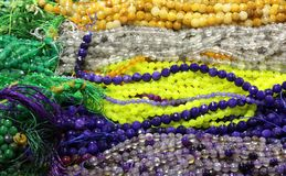 le collane della perla da vendere nei gioielli e nel costume comperano Immagini Stock