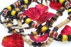 Le collane di legno con i petali di sono aumentato Fotografie Stock Libere da Diritti