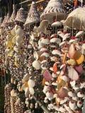 Le collane fatte dalle conchiglie su un mercato del ricordo si bloccano Fotografia Stock