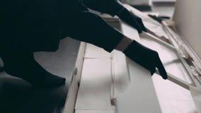 Le collecteur de meubles sort l'article de meubles de la boîte clips vidéos