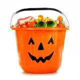 Le collecteur de sucrerie de Jack-o-lanterne de Halloween a rempli de sucrerie au-dessus de blanc Image libre de droits