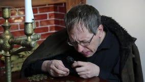 Le collecteur regarde sa richesse avec les bougies allumées clips vidéos