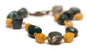 Le collier de bijoux d'isolement sur le fond blanc Image libre de droits