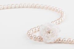 Le collier de perle avec s'est levé Image stock