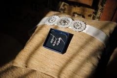 Le collier et les boucles d'oreille de la jeune mariée Image stock