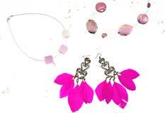 Le collier pour des boucles d'oreille de femmes avec des plumes dentellent le fond blanc Image libre de droits