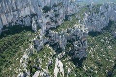 Le colline con le rocce vivono in Provenza, Francia Immagine Stock