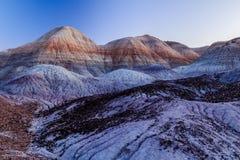 Le colline ed i calanchi brillantemente colorati nel ` s dell'Arizona hanno dipinto il deserto Immagini Stock Libere da Diritti
