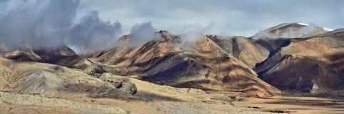 Le colline marroni e beige della valle della montagna, aggiungono la catena montuosa, i picchi sono coperte di nuvole, Himalaya Fotografia Stock Libera da Diritti