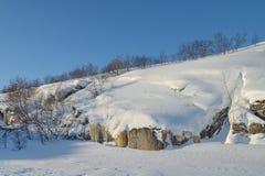 Le colline nell'inverno, neve, cielo blu Immagini Stock