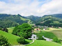 Le colline si avvicinano al castello di Gruyeres, Svizzera Immagine Stock