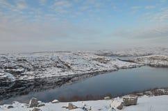 Le colline sono coperte di neve riflessa nel lago Immagine Stock