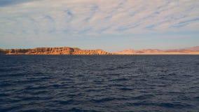 Le colline sulle rive della penisola del Sinai Egitto video d archivio