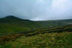 Le colline verdi e una strada vicino alla penna y smazzano il picco, i segnali il parco nazionale, Galles, Regno Unito di Brecon Fotografie Stock Libere da Diritti