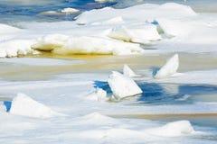 Le collinette e le banchise galleggianti sul fiume di inverno fotografia stock
