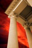 Le colonne antiche sui precedenti rossi del cielo fotografie stock libere da diritti